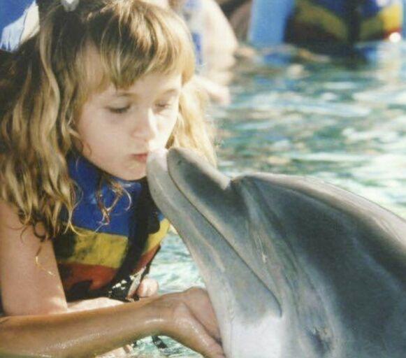 DRØMMEMØTE: Elina elsker dyr, og glemmer aldri nærkontakten med den kloke delfinen hun ble kjent med på Hawaii. Foto: Privat