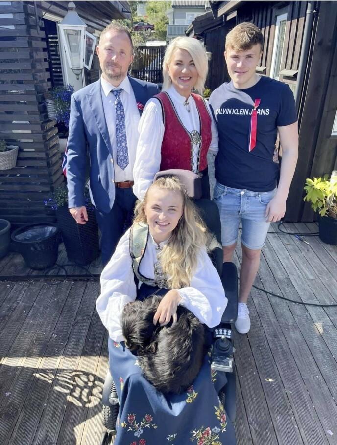 FAMILIEN: Elina elsker å være sammen med familien sin, som i tillegg til foreldrene Knut Mikal og Inger Lise også består av lillebror Mikal. Foto: Privat