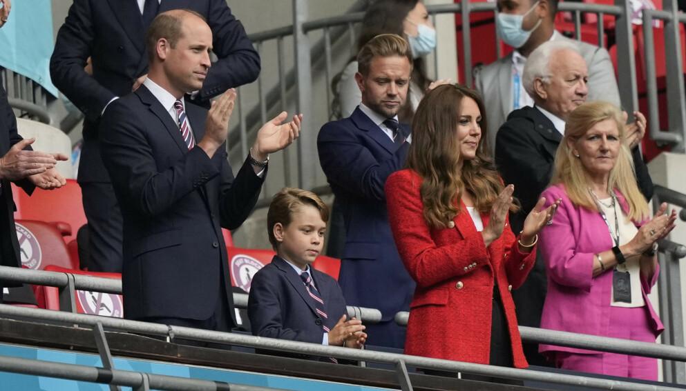PÅ PLASS: Prins William, Prins George og hertuginne Kate på tribunen under kveldens EM-kamp mellom Tyskland og England. Foto: Frank Augstein/ REUTERS / NTB