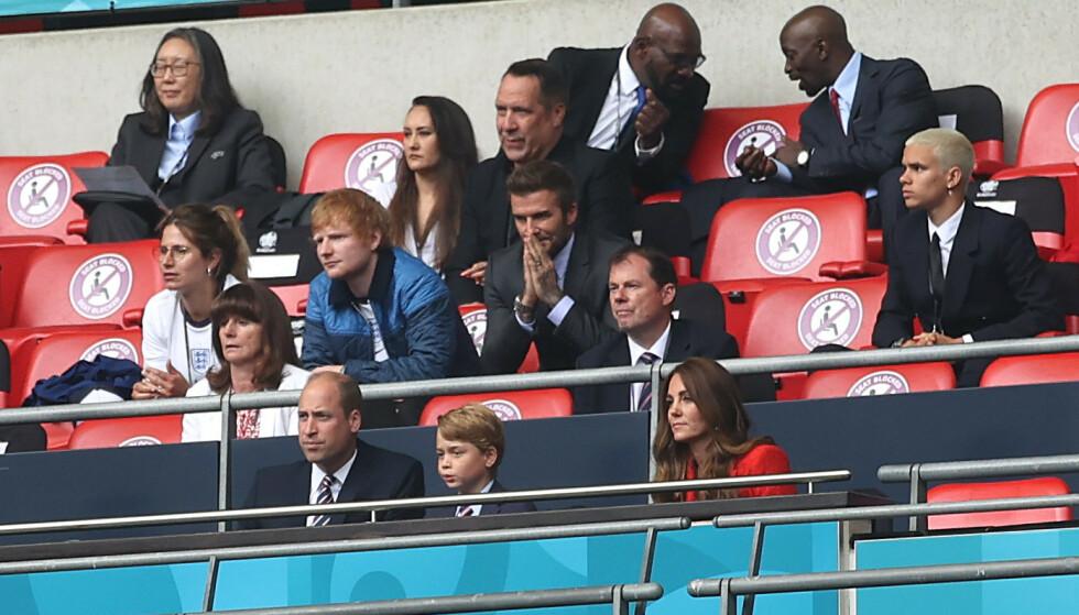 STJERNESPEKKET: Kongefamilien hadde på tribunen selskap av blant andre artist Ed Sheeran og fotballstjernen David Beckham, samt hans sønn Romeo Beckham. Foto: Carl Recine / Pool / REUTERS / NTB