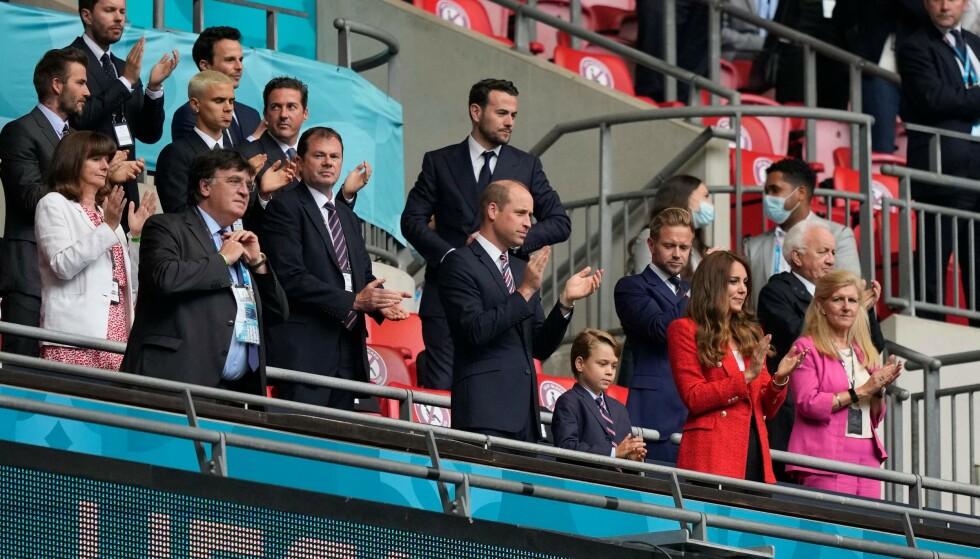 KLAPPER: Prins George gjorde som foreldrene og klappet med under EM-kampen. Foto: Frank Augstein / POOL / AFP / NTB
