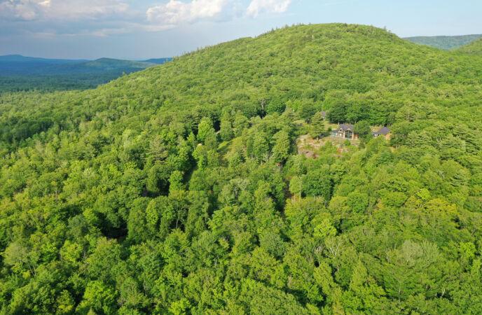 SKJULESTEDET: På denne eiendommen i New Hampshire skjulte Maxwell seg. Foto: Reuters / Drone Base / NTB