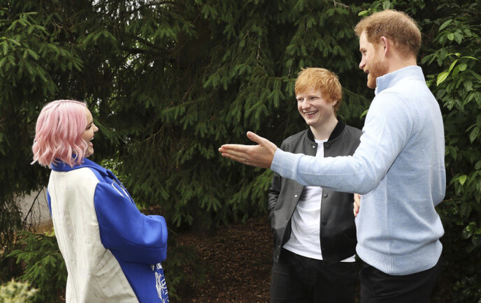 STJERNEMØTE: Prins Harry og Ed Sheeran i samtale med artist Anne-Marie i London onsdag kveld. Foto: Antony Thompson / AP / NTB