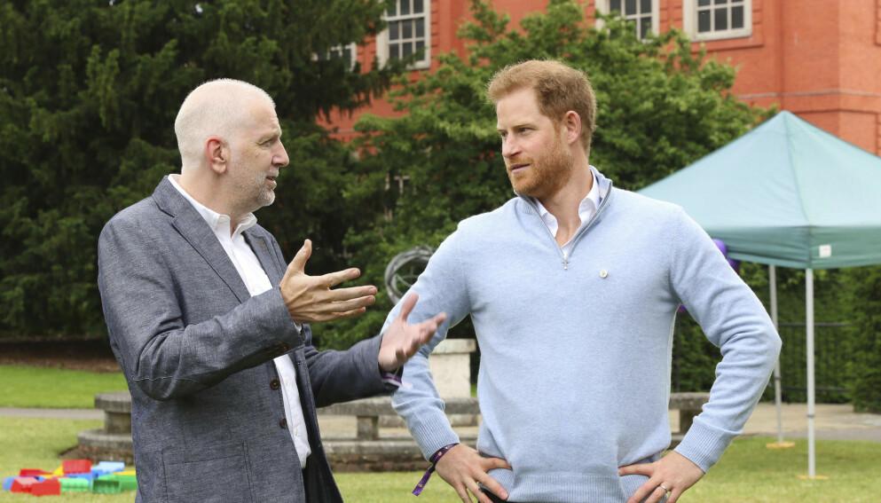 LONDON: Under et veldedig arrangement i London onsdag, snakket prins Harry om den nyfødte datteren Lillibet. Her er prinsen med sjef i organisasjonen WellChild, Colin Dyer. Foto: Antony Thompson / AP / NTB