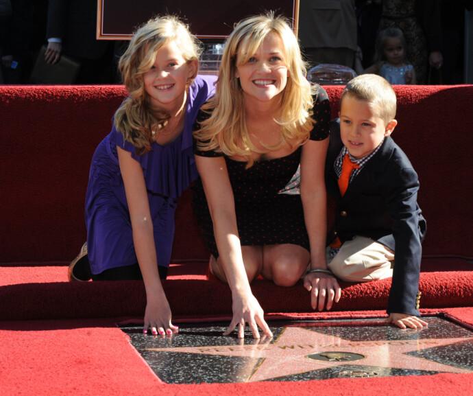 STJERNEMAMMA: Ava og Deacon med mamma - på en ikke helt vanlig dag på jobben, da Reese Witherspoon fikk sin stjerne på Hollywood Walk of Fame i 2010 Foto: Mark Ralston /NTB