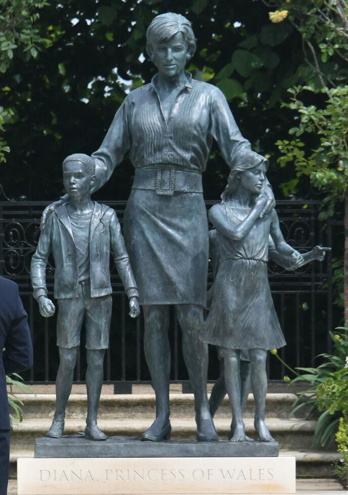 VEKKER OPPSIKT: På statuen holder Diana armene sine rundt to barn - som ikke er sønnene hennes. Foto: Dominic Lipinski / Pa Photos / NTB