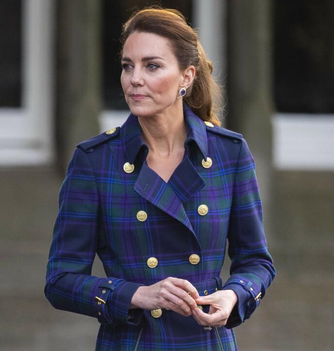 PÅ JOBB: Hertuginne Kate på oppdrag i Edinburgh i slutten av mai - et par dager før hun fikk første vaksinedose. Foto: Splash News/ NTB