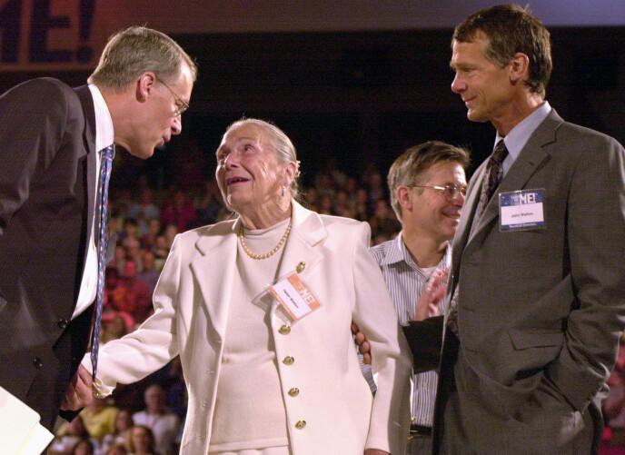 DEMENT: Helen Walton døde i 2007 - etter åtte år som dement. Her avbildet med sønnene John og Rob under et Walmart-møte i 2001. Foto: April L. Brown / NTB