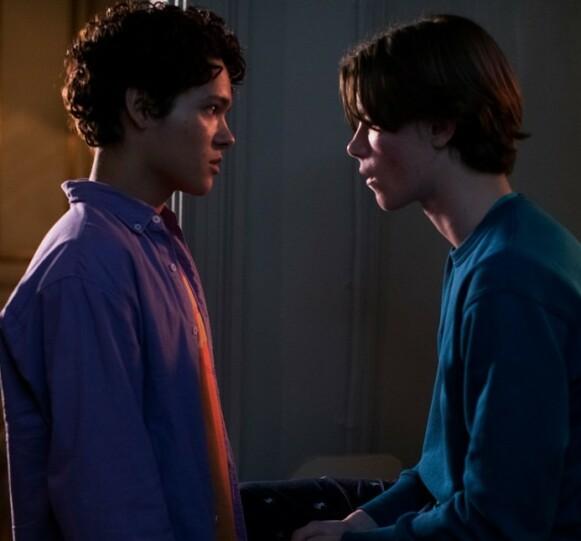 SKJULT ROMANSE: Prins Wilhelm får raskt øynene opp for Simon, men er bekymret for at offentligheten skal få greie på romansen. Foto: Netflix