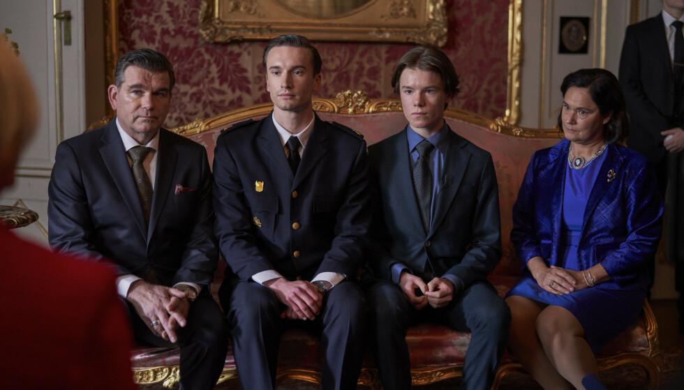 PLIKT OG FORVENTING: Prins Wilhelm (nummer to fra høyre) havner i slåsskamp, og blir sendt for å leve på kostskole. Foreldrene vil at han skal skjerpe seg, et ønske slår svært feil. Foto: Netflix