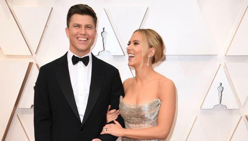 BLIR FORELDRE: Colin Jost og Scarlett Johansson venter sitt første barn sammen, ifølge Page Six. Her er ekteparet på rød løper i 2020. Foto: Robyn Beck/ AFP/ NTB