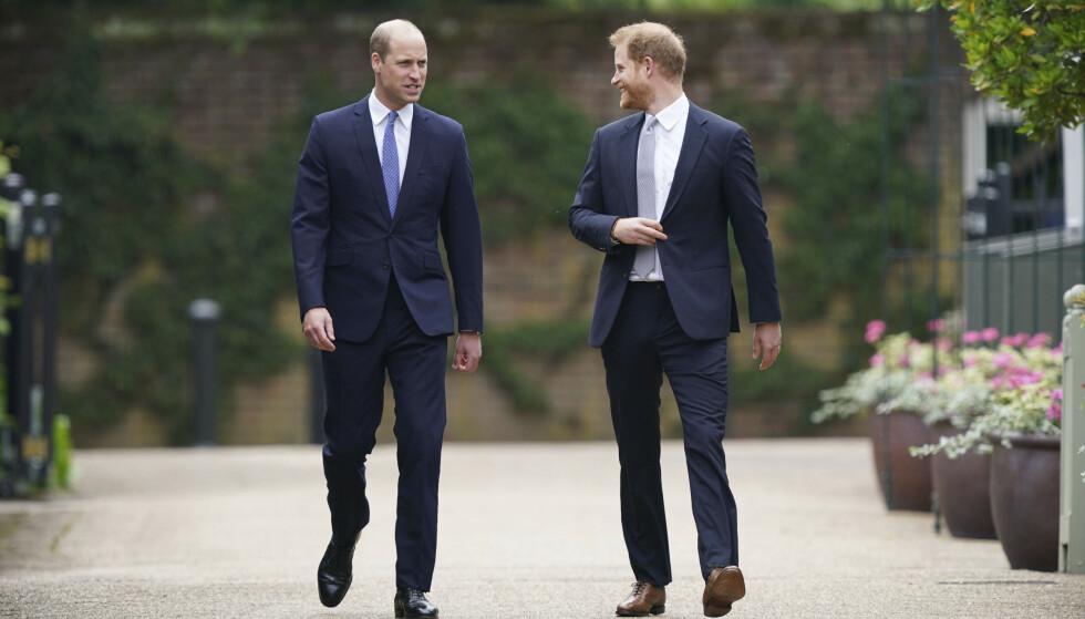 STORT SMIL: Prins Harry vendte seg flere ganger mot prins William. Foto: Yui Mok/ AP/ NTB