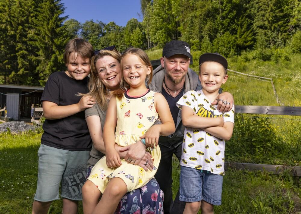 GODT HUMØR: - Vi er en glad gjeng som er optimistiske, sier Anja og Kai, her med barna Isak (t.v.), Hannah og Odin.