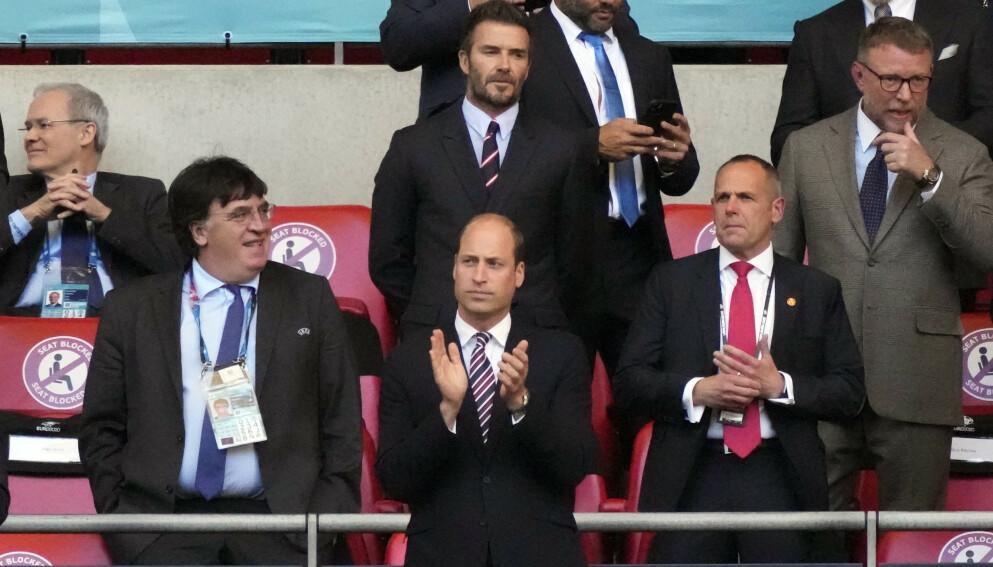ALENE: Prins William kom alene på fotballkamp onsdag, men det var også andre kongelige og kjendiser på tribunen. Bak prinsen står blant annet David Beckham. Foto: REUTERS/Frank Augstein/NTB