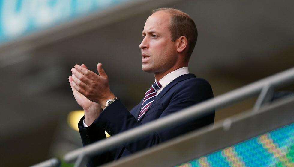 SUPPORTER: Prins William heiet frem Englands landslag under onsdagens fotballkamp. Foto: Mike Egerton / PA Photos/ NTB