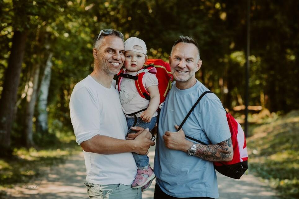 PAPPAER: Kjartan Haugen og Knut Ivar Pelerud elsker familielivet med datteren Olivia. Foto: Irene Sandved Lunde