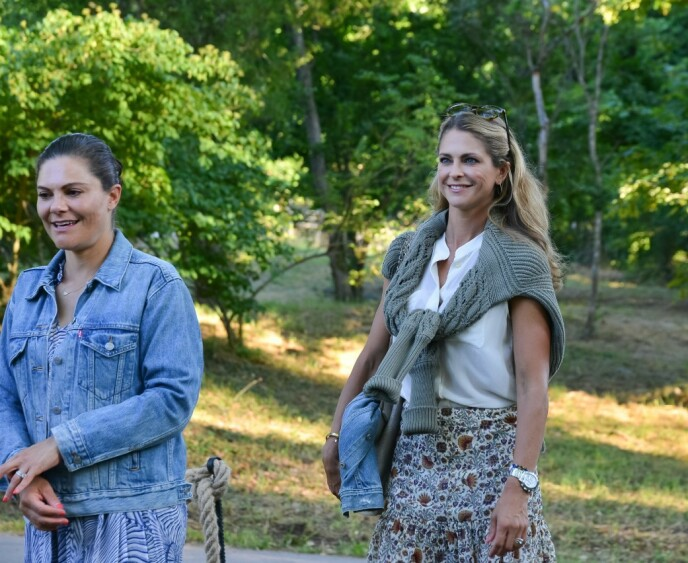 SOMMERKLEDD: Victoria og Madeleine ankom konserten i lett og ledig sommertøy. Foto: Magnus Johnsson