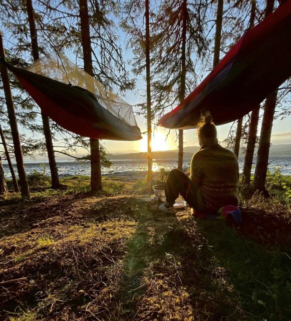 SOLNEDGANG: Årdal delte dette søte bildet på sin Instagram-profil, som viser en kvinneskikkelse i solnedgang. Foto: Privat