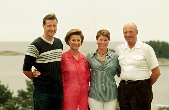 TRADISJON: Kronprins Haakon, dronning Sonja, prinsesse Märtha Louise og kong Harald på Mågerø sommeren 1998. Foto: Knut Falch/NTB