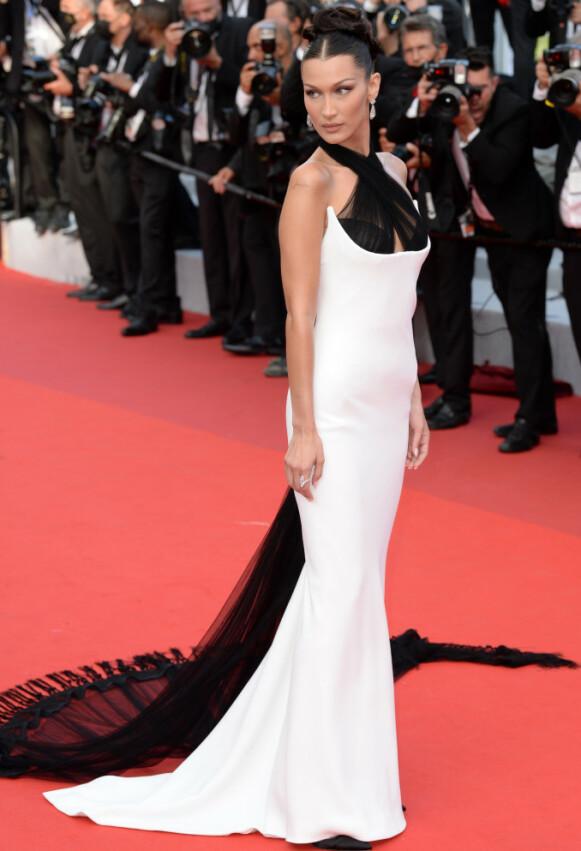 TETTSITTENDE: Bella Hadids vintage-stunt gjorde underverker i Cannes. Foto: Doug Peters/EMPICS/NTB