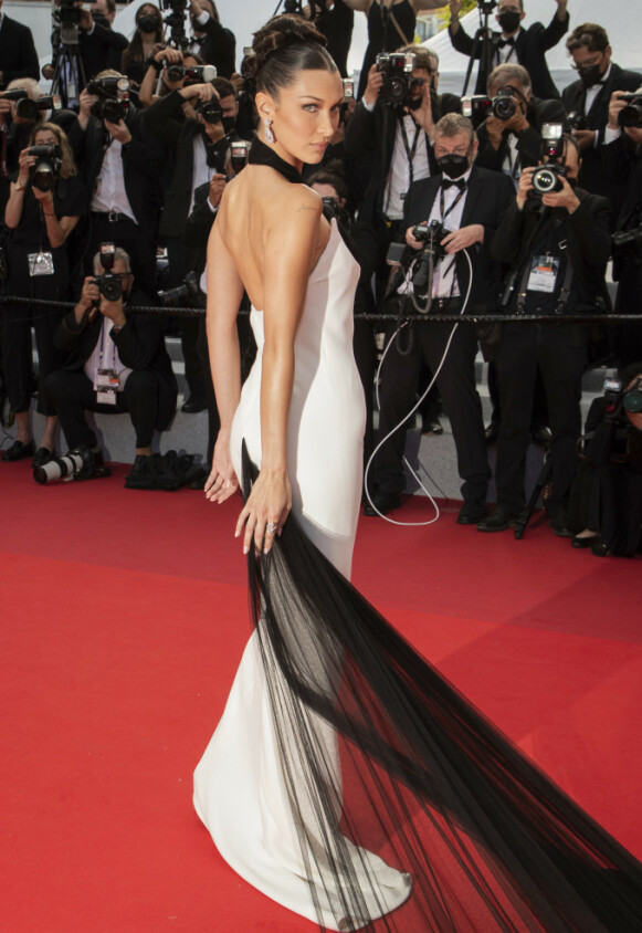 ÅPEN RYGG: Jean-Paul Gaultier designet denne kjolen i 2002. Foto: Vianney Le Caer/Invision/AP/NTB