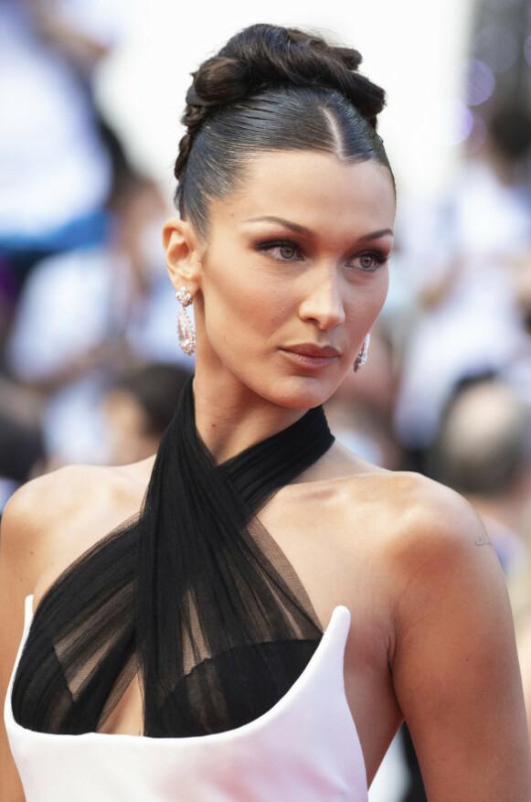 BLING: Til kjolen valgte Hadid oppsatt hår og et par digre diamantøredobber. Foto: Vianney Le Caer/Invision/AP/NTB