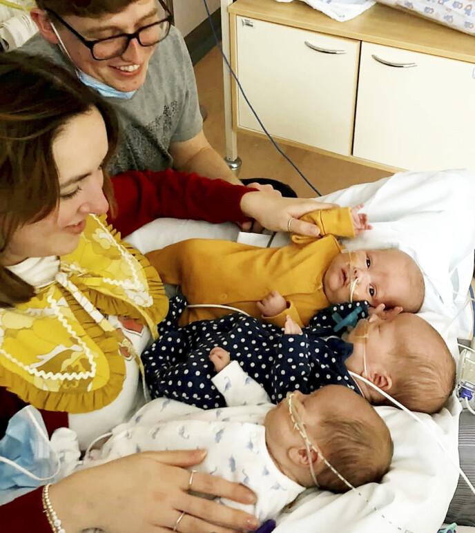 MAGISK: Ett eneste egg ble til disse tre små guttene. Mamma Lauren og pappa Jack, som er enebarn, er stolte foreldre. FOTO: Worcestershire NHS Trust / SWNS