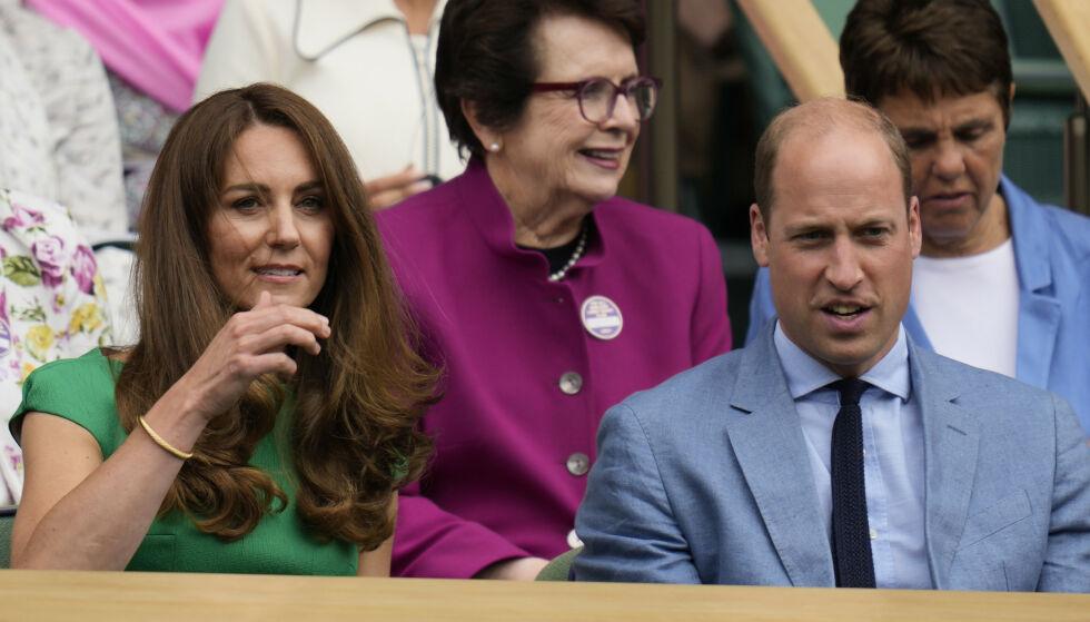 TILBAKE: Hertuginne Kate har holdt seg for seg selv de siste dagene. Her under Wimbledon-turneringen lørdag sammen med prins William. Foto: AP/NTB