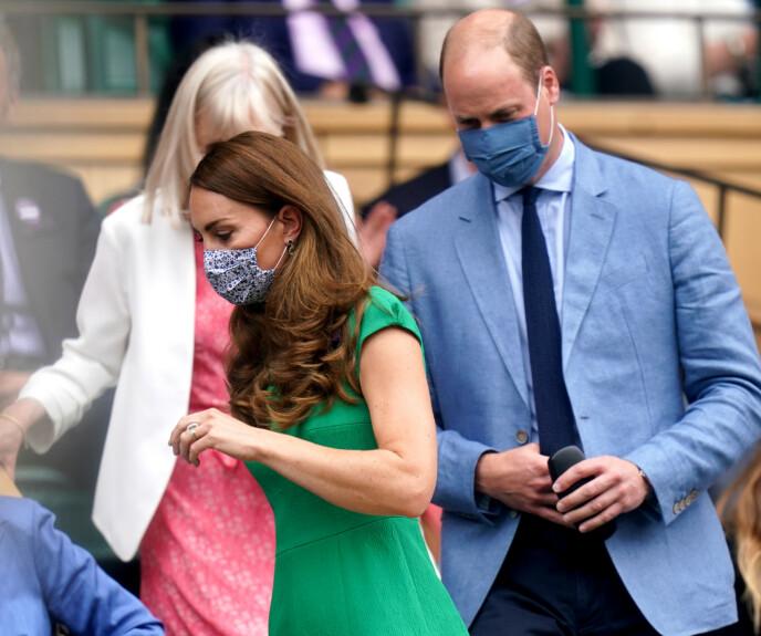 FORSIKTIGE: Kate og William bar munnbind på vei inn på tribunen. Foto: Pa Photos/NTB