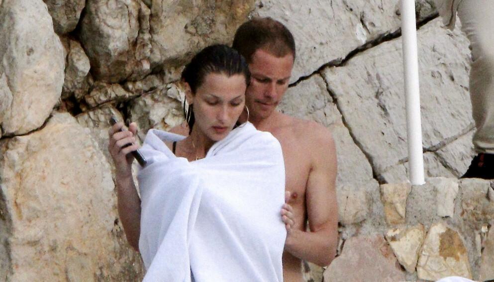 NYTER FERIEN: Denne uken ble Bella Hadid og kjæresten Marc Kalman avbildet sammen mens de koste seg ved sjøen utenfor Hotel Eden Roc i Frankrike. Foto: Spread Pictures / Splash News / NTB