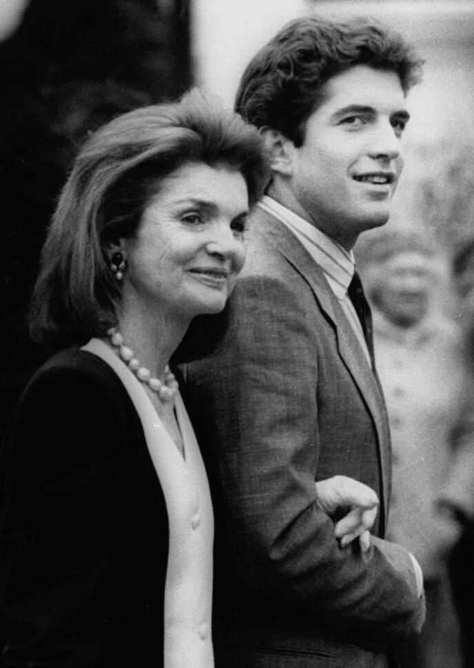 FORMANINGER: Jackie Kennedy ba på sine knær om at sønnen JFK jr. ikke måtte følge drømmene sine, og ta pilotlappen. Hun hadde nemlig fått det for seg at han kom til å dø i flystyrt. Foto: Charles Krupa / AP / NTB