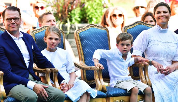 HELE GJENGEN: Kongefamilien så ut til å sette pris på konserten. For prins Oscar ble dagen ekstra spesiell. Foto: Jonas Ekströmer / TT Nyhetsbyrån / NTB