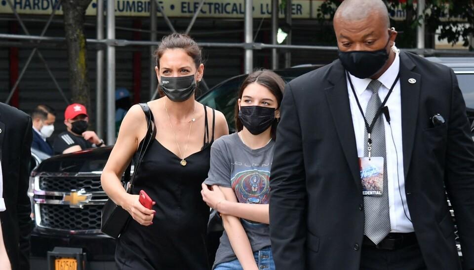 MOR OG DATTER: Katie Holmes og datteren Suri ute i New Yorks gater i juni. Foto: Angela Weiss / AFP / NTB
