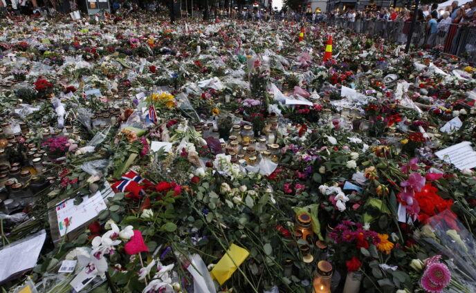 RAMMET NORGE: Kort tid etter terrorangrepene, samlet det seg et massivt blomsterhav utenfor Oslo Domkirke. Bildet er tatt 27. juli. Foto: Erlend Aas / NTB