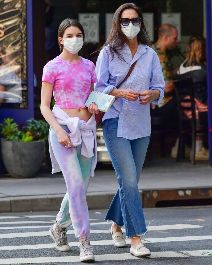 LIKE: Suri og Katie gikk nesten synkront da de ble fotografert i New York i mai. Foto: BACKGRID/NTB