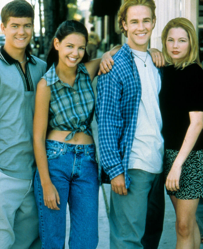 UNG: Unge Katie Holmes (nummer to fra venstre). Her avbildet sammen med Joshua Jackson, James Van Der Beek og Michelle Williams i «Dawson's Creek». Foto: Moviestore/REX/NTB