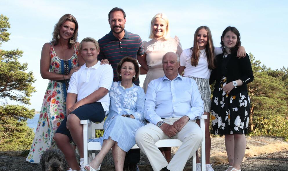 SOMMERFINE: Kongeparet, kronprinsfamilien og prinsesse Märtha Louise og hennes eldste datter Maud Angelica Behn på Mågerø i 2018. Foto: Lise Åserud / NTB