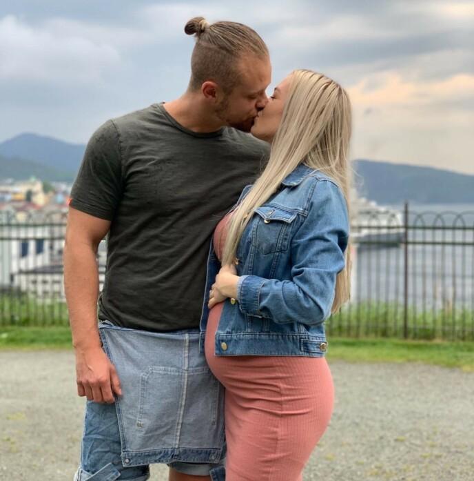 TOBARNSFORELDRE: Jarland beskriver familielivet som helt fantastisk. Her er paret i 2019. Foto: Privat