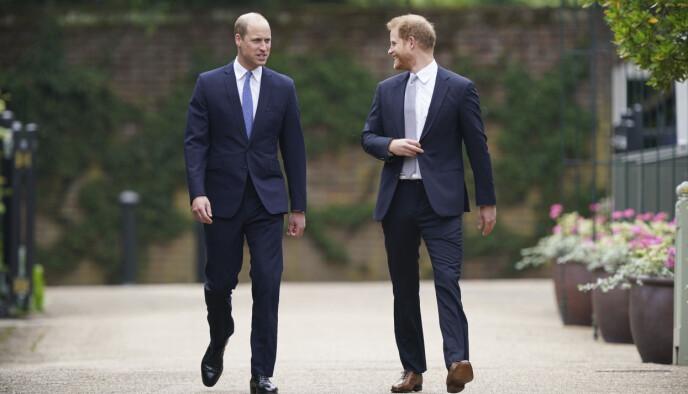 SAMMEN: Prins William og prins Harry avbildet sammen på vei til avdukingen av Diana-statuen tidligere denne måneden. Foto: Yui Mok/Pool Photo/AP/NTB