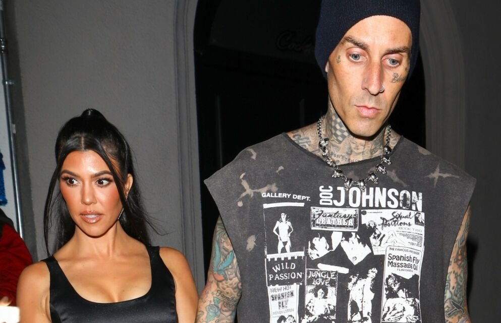 FORLOVET ELLER EI?: Det er ingen tvil om at Kourtney Kardashian og Travis Barker er svært lykkelige sammen. Her er de i West Hollywood i juni. Foto: Evga, Rolo / Backgrid USA / NTB