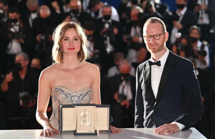 RØRT: Det var en beveget Renate Reinsve som ble hedret i Cannes lørdag. Her med regissør Joachim Trier. Foto: Eric Gaillard / Reuters / NTB