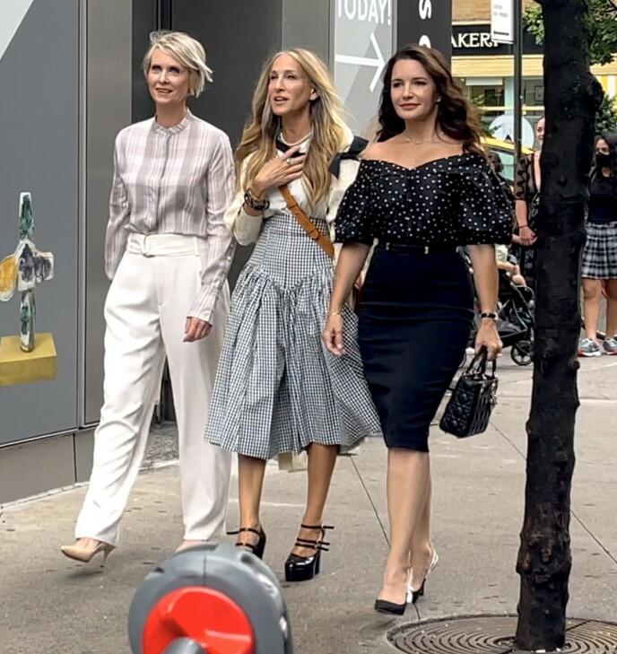 AND JUST LIKE THAT: Cynthia Nixon, Sarah Jessica Parker og Kristin Davis fotografert under innspillingen på Manhattan i sommer. Foto: NTB