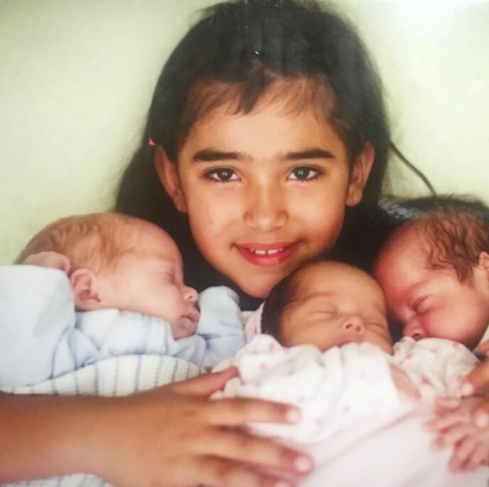 EKSTRAMAMMA: Amerah har vært en god hjelp for mamma etter at åttlingene kom. Her er hun med tre av dem etter at de fikk komme hjem fra sykehuset.