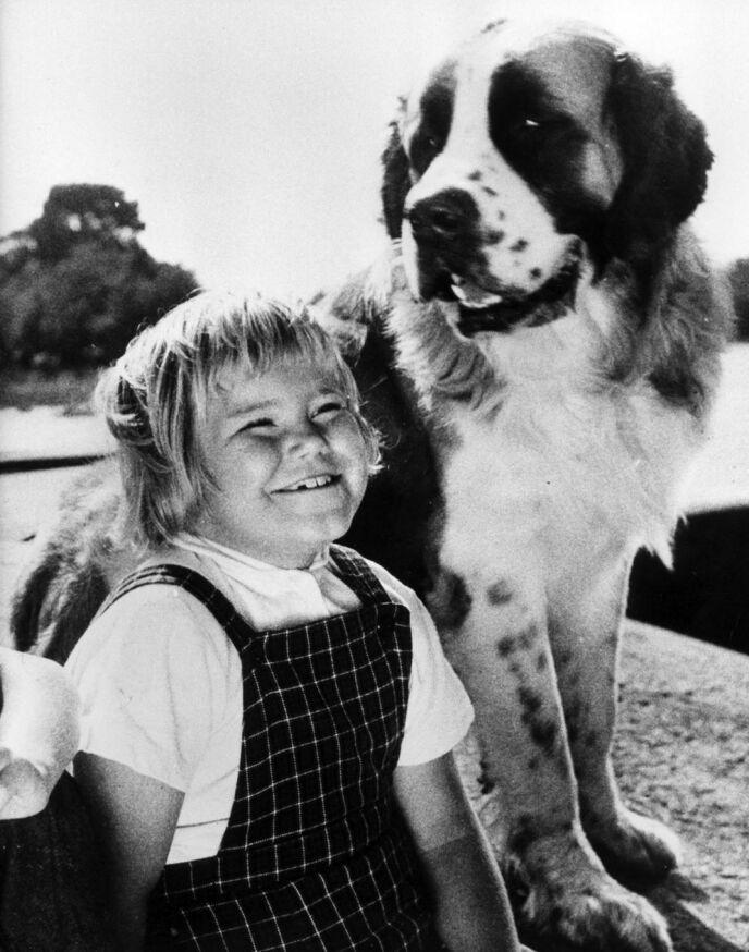 POPULÆR: Maria Johansson spilte Tjorven i serien. Her sammen med hunden Båtsman, som egentlig het Caesar. Foto: NTK