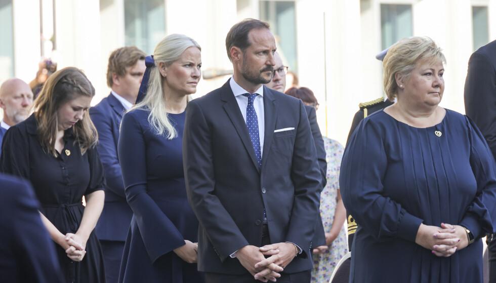 MINNEMARKERING: Kronprinsparet var torsdag til stede under en minnemarkering utenfor regjeringskvartalet. Her sammen med AUF-leder Astrid Hoem og statsminister Erna Solberg. Foto: Geir Olsen / NTB