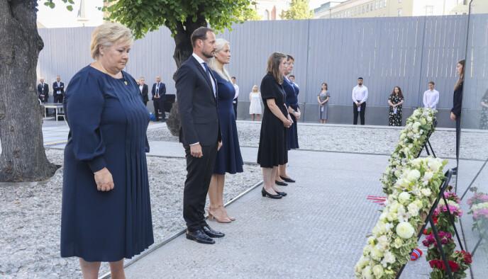 STILLHET: Kronprinsparet mintes ofrene med ett minutts stillhet under minnemarkeringen ved regjeringskvartalet i formiddag. Foto: Geir Olsen / NTB