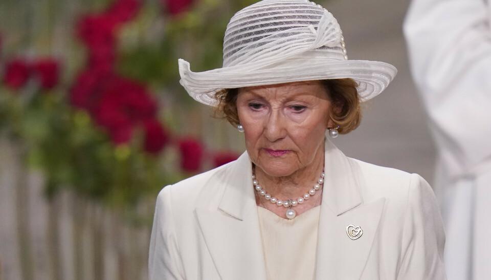 HVITT: Dronning Sonja skilte seg ut, da hun dukket opp i hvitt antrekk fra topp til tå under minnegudstjenesten i Oslo domkirke torsdag. Foto: Torstein Be / NTB