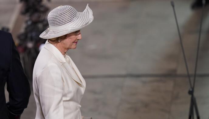 MOTSATT: Mens folk kom i mørke farger, valgte dronning Sonja å komme i hvitt. Foto: Torstein Be / NTB