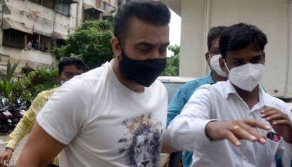 ARRESTERT: Kundra blir ført i arresten av politiet. Han benekter anklagene. Foto: AFP / NTB