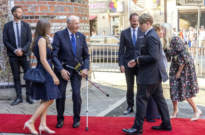 KONGELIGE: Kongeparet, kronprinsparet, prinsesse Ingrid Alexandra og prins Sverre Magnus var alle til stede under minnemarkeringen. Foto: Andreas Fadum